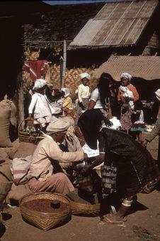 Femme Toungyon au marché
