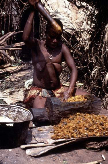 Pygmée [femme pilant]