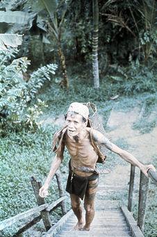 Homme partant pour la brousse
