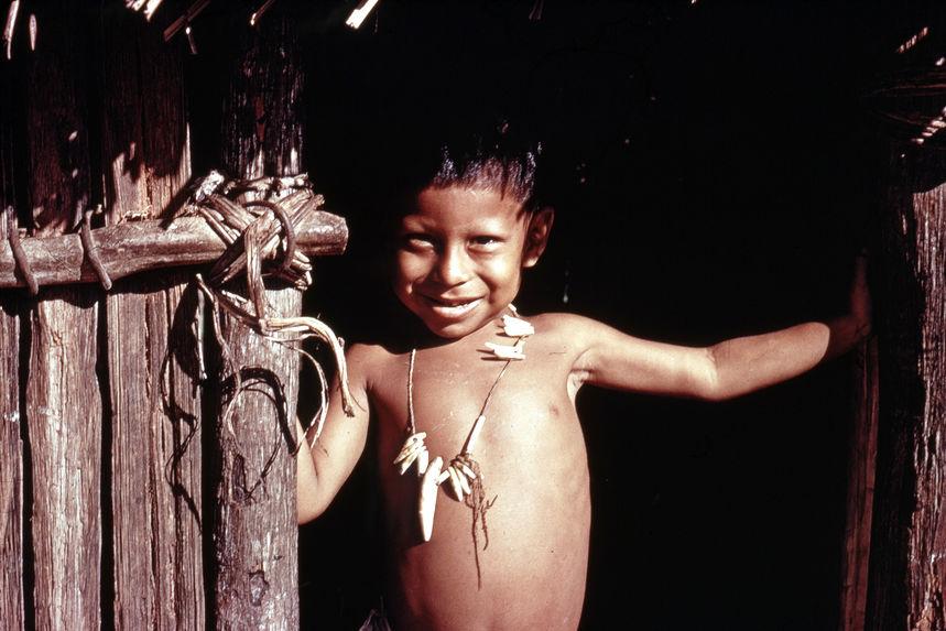 Jeune garçon avec collier en dents