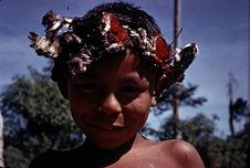 Jeune garçon avec coiffure de plumes
