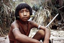 Adolescent en tenue traditionnelle