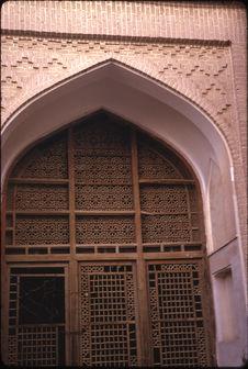 Porte-fenêtre en bois d'une mosquée