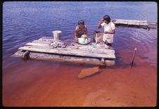 Femmes lavant du linge