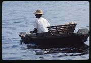 Homme transportant du pain et des bananes