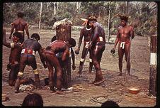 Préparation des poteaux du Kuarup