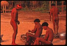 Hommes se parant pour le Kuarup