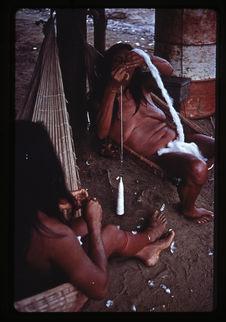 Femme filant du coton