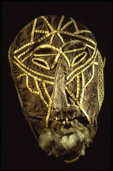Masque en cuir avec dents en os et barbe en plumes
