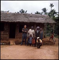 Sans titre [Bernard Juillerat et une famille camerounaise]