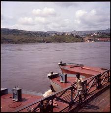 Sans titre [bateaux amarrés et fleuve]