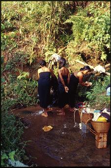 Femmes à la source du village
