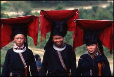 Jeunes femmes portant leurs coiffes de mariée