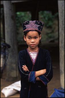 Petite fille en costume traditionnel
