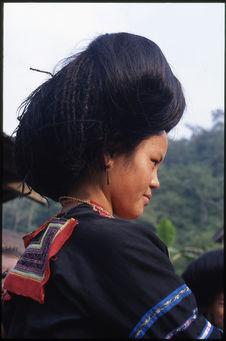 Femme coiffée de son gros chignon