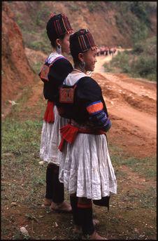 Jeunes filles portant le costume traditionnel avec la jupe plissée blanche