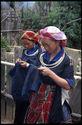Jeunes filles brodant