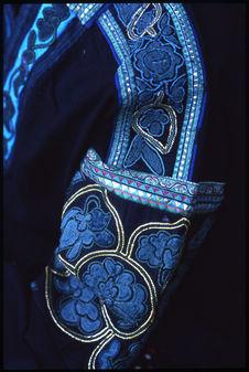 Broderies de manche réalisées avec papier découpé cousu sur l'envers