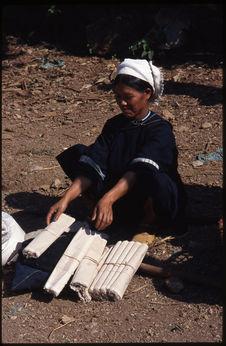 Femme vendant des tissus à teindre à l'indigo