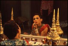 """Danse masquée """"khôn"""". Maquillage du danseur tenant un rôle de femme"""