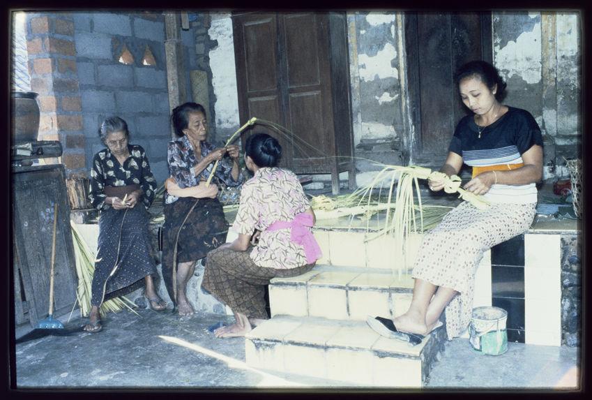 Un groupe de femmes fabrique un lis