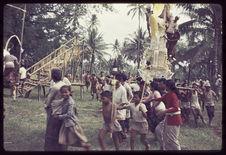 Vue générale du site des crémations, des hommes transportent une tour