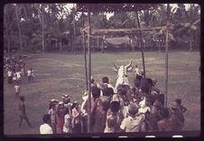 Arrivée du cercueil en forme de vache sur l'aire de crémation
