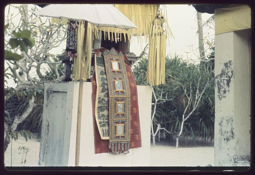 Détail de lamak suspendu à un autel au Pura Patal