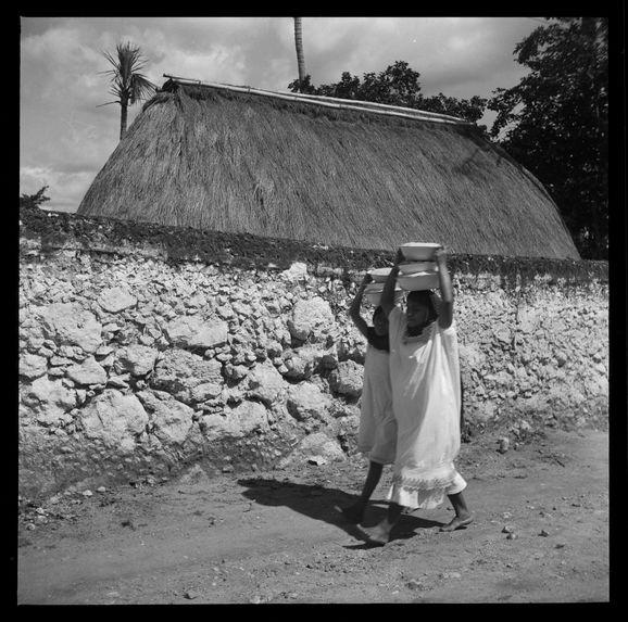 Femmes indiennes [jeunes filles transportant des récipients]