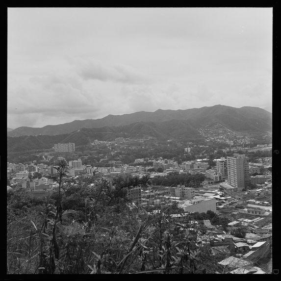 """La ville moderne, sur les pentes, les """"vanchos&quot"""