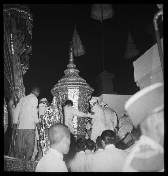 Sans titre [funérailles du roi Sisavang Vong : transport de l'urne sur le bûcher]