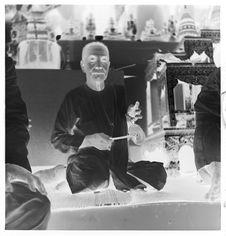 Sans titre [funérailles du roi Sisavang Vong : homme jouant du gong]