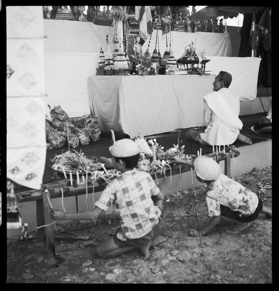 Sans titre [funérailles du roi Sisavang Vong : personnes devant un autel]