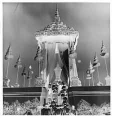 Sans titre [funérailles du roi Sisavang Vong : militaires montant vers le...