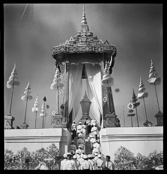 Sans titre [funérailles du roi Sisavang Vong : militaires montant vers le bûcher]