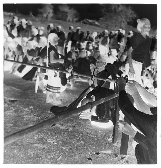 Sans titre [funérailles du roi Sisavang Vong : groupe de personnes agenouillées]