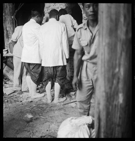 Sans titre [funérailles du roi Sisavang Vong : hommes de dos]