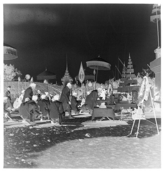 Sans titre [funérailles du roi Sisavang Vong : dignitaires s'agenouillant]