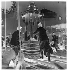 Sans titre [funérailles du roi Sisavang Vong : le roi Savang Vatthana installant...