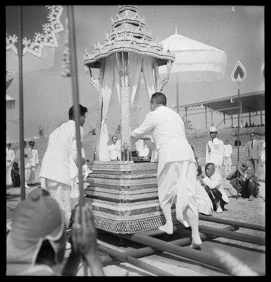 Sans titre [funérailles du roi Sisavang Vong : le roi Savang Vatthana installant une urne sur un char funéraire]