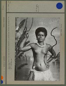 Jeune femme vêtue d'un tapa en fibres