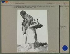 Enfant porté sur un plateau