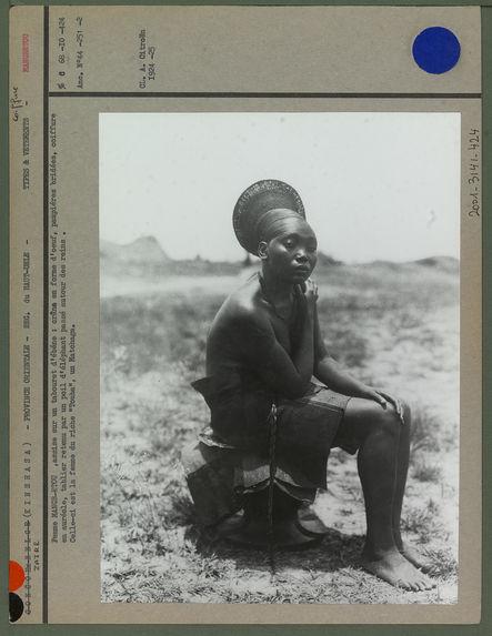 Femme mangbetu assise sur un tabouret