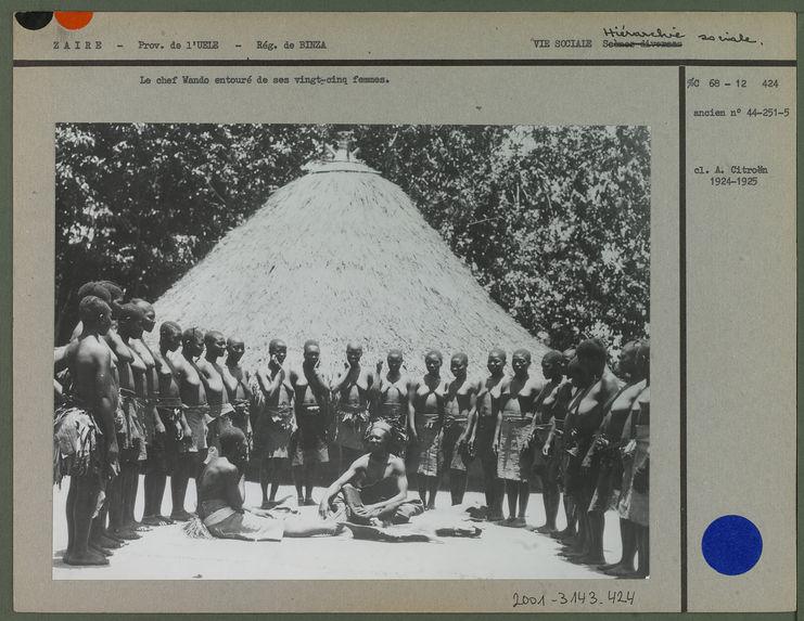 Chef wando entouré de ses vingt cinq femmes