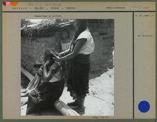Femmes Otomi se coiffant