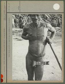 Indien Bororo portant un noeud de pénis de cérémonie