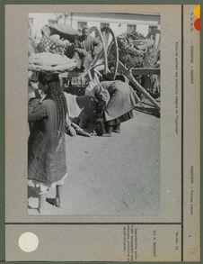 """Fillette portant une corbeille remplie de """"lipiochka&quot"""