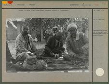 """Uzbeks à l'ombre d'une """"Tchai-Khana""""  mangeant"""