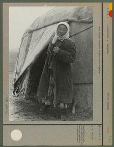 Femme Kirghiz soulevant la portière de sa yourte