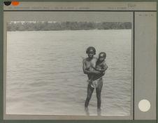 Femme indigène au fleuve